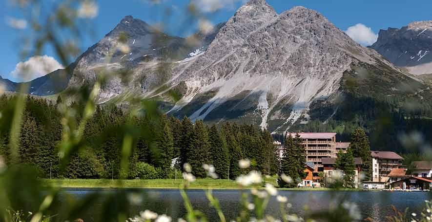 Blick vom Bahnhof Arosa zum Valsana Hotel & Appartements Aorsa